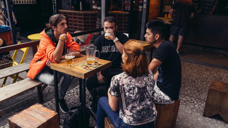 Discussion autour d'un verre