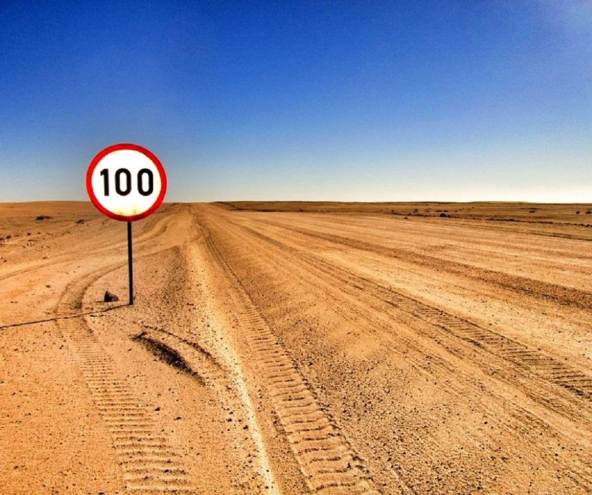 Panneau 100 dans le Desert