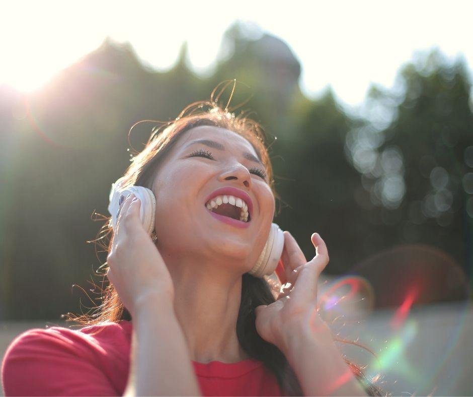 Femme en Rouge Chante avec Ecouteurs