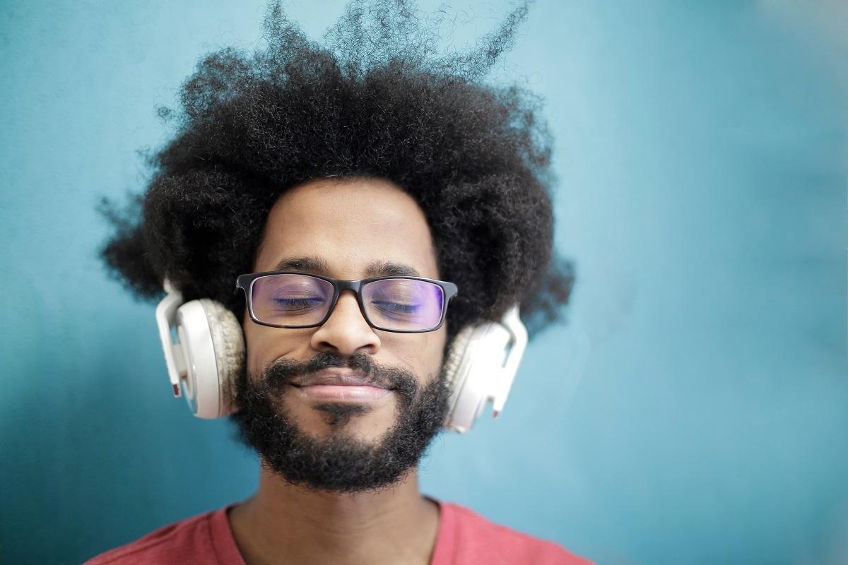 Homme Ecoutant de la Musique sur Fond Bleu