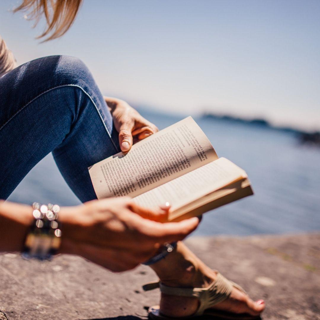 Mains de Femme qui tiennent un livre