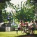 3 femmes discutent dans un parc